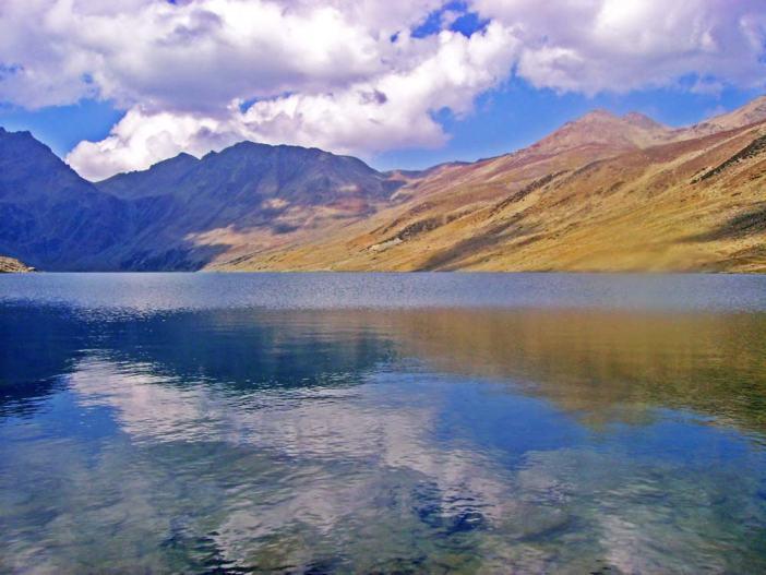 The lake has a maximum length of two and a half kilometres and maximum width of one kilometre.