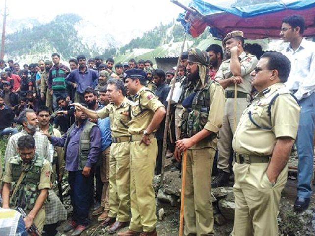IG-Kashmir-at-Baltal-Base-Camp-after-Fire-incident
