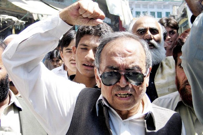 """Chairman of the Pakistani-controlled Kashmir party Jammu Kashmir Liberation Front (JKLF), Amanullah Khan (C), shouts slogans during a protest rally in Muzaffarabad, 04 September 2004, against alleged """"conspiracies"""" aimed at dividing the disputed Himalayan region of Kashmir. JKLF stands for a full independence of Kashmir from both India and Pakistan whose foreign ministers, respectively Natwar Singh and Khurshid Mahmud Kasuri, will meet 05 and 06 September in New Delhi for the first ministerial-level talks on Kashmir in three years. AFP PHOTO / AFP PHOTO / STR"""