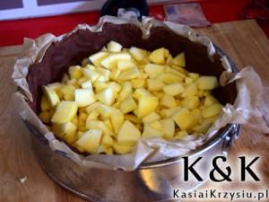 przygotowanie ciasta jabłkowo śmietanowego