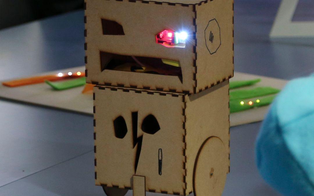 Käsityökoulu Robotin kesäleiri Aalto Media Factoryn Fablabissa