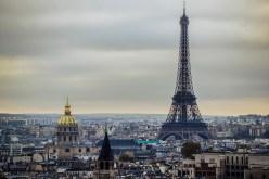Paris er en smuk by, men i dag hænger der godtnok en stor sort sky over den