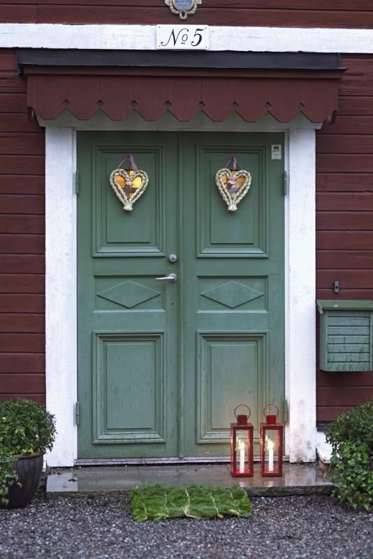 10 Christmas Door Decorations Your Neighbors Will Envy