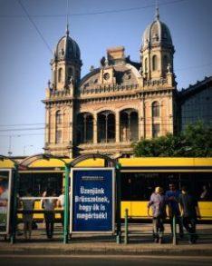nepszavazas campaign kampany billboard kek blue nyugati palyaudvar train station