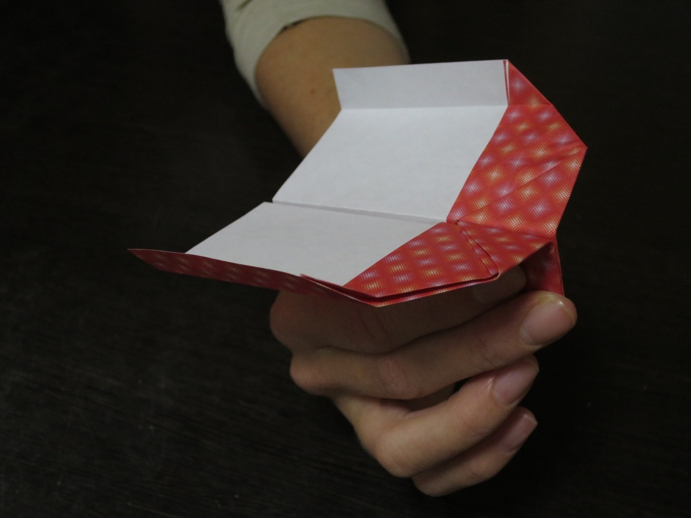 how to make the best paper airplane for small spaces according to