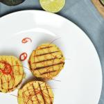 Falafel-Türmchen mit Tomatensauce und Guacamole