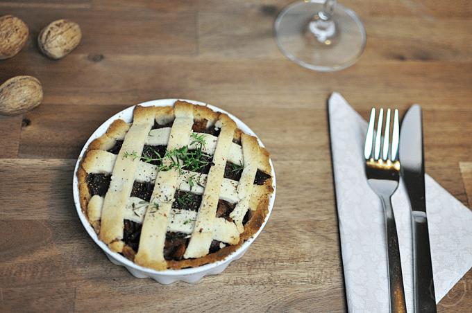 Veganes Weihnachtsmenü: Winterliche Quiche mit Rotweinsauce