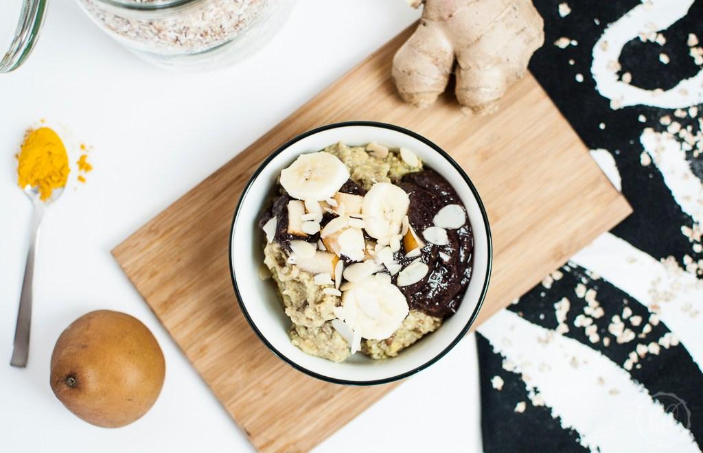 Ayurvedischer Porridge mit Buchweizenflocken und Acai Topping