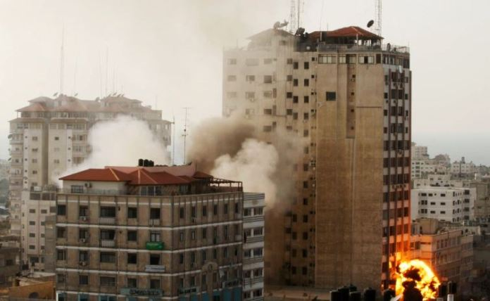 katerreyse-polyorofo-ktirio-sti-gaza-opoy-stegazontai-to-associated-press-kai-to-al-jazeera4