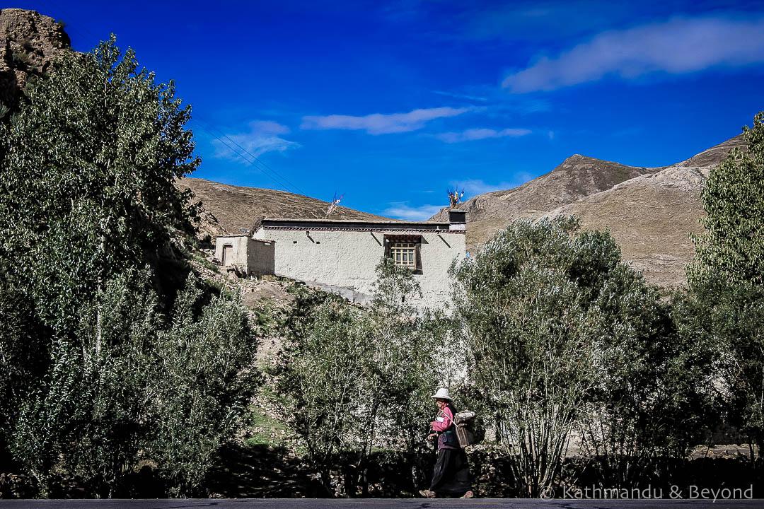 En route Shigatse to Sakya Tibet 4-3