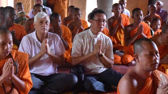 Jesuitengeneral Sosa (linke Mitte) vor wenigen Tagen beim Gebet im Buddha-Tempel