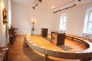 Kapelle des Priesterseminars von Mainz. Der Altar ist wo?