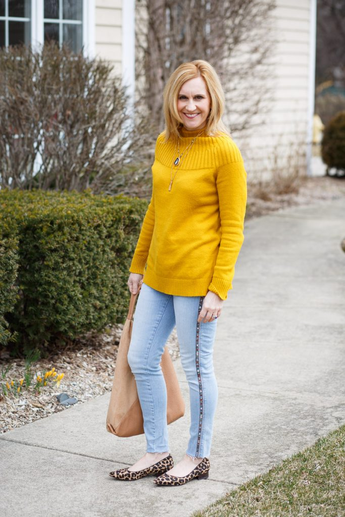 Adding a pop of yellow to these light denim skinny jeans.