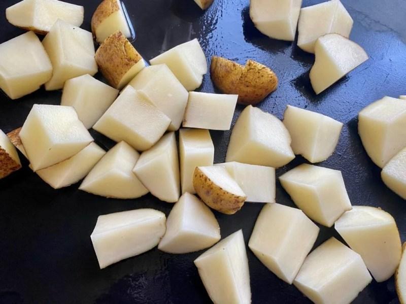 Cut potatoes for potatoes with pesto