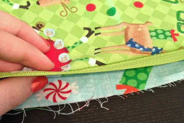 Third Day of Christmas: DIY Mini Makeup Bag Tutorial by Katie Crafts; https://www.katiecrafts.com