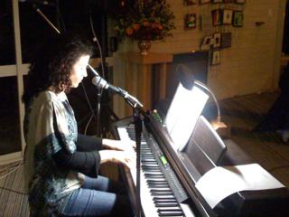 Image of Katie de Veau leading a session