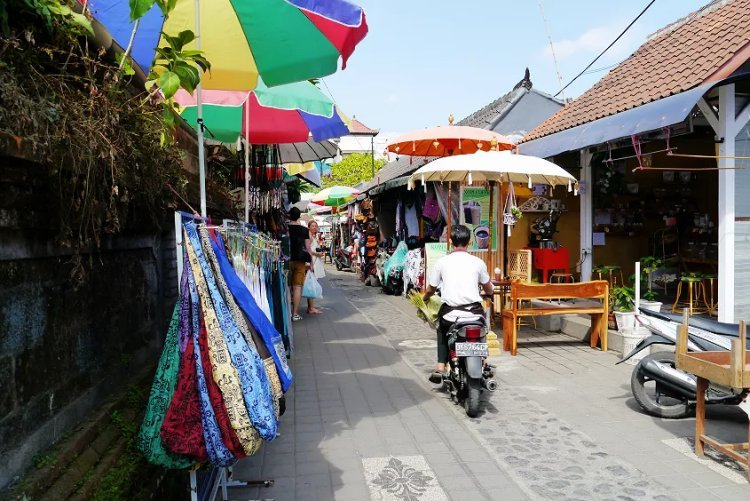 Image of stalls in Ubud marketplace selling clothes