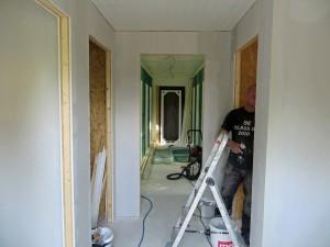 Här finns nu väggen och dörröppningen till kattrummen monterad.