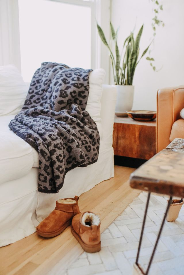 Barefooot dreams blanket and mini uggs