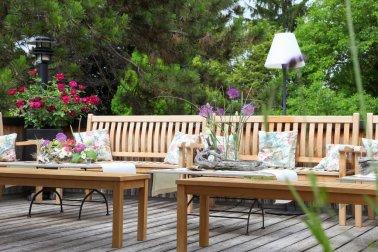 Unsere romantische Teak Lounge Ecke mit Rosen Kissen