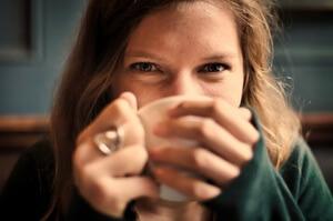 Lány ganoderma kávéval