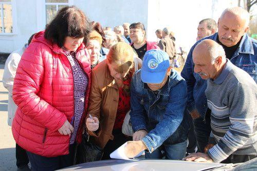 Участники пикета подписывают обращение на имя прокурора, 26 октября 2019 года, Гуково. Фото Вячеслава Прудникова для «Кавказского узла»