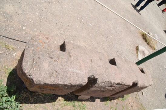 Pedra como era feita para ser encaixada uma nas outras de forma que ficassem resistentes a terremotos.