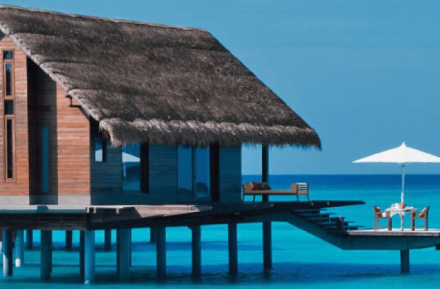 Bangalô sobre as águas nas ilhas Maldivas