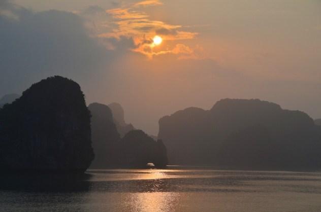 Cruzeiro de luxo em Halong bay no Vietnã