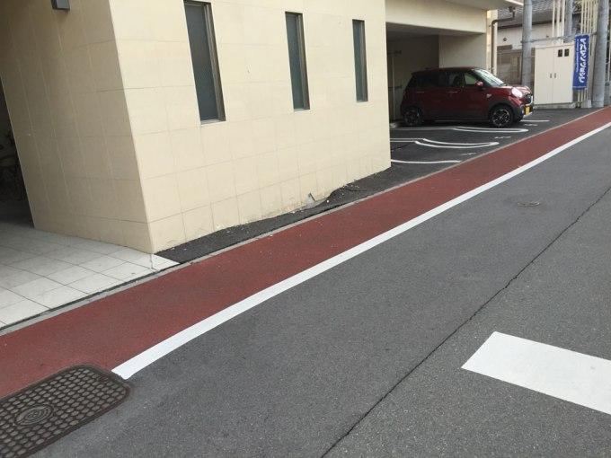熊本地震で陥没・隆起した建物と駐車場