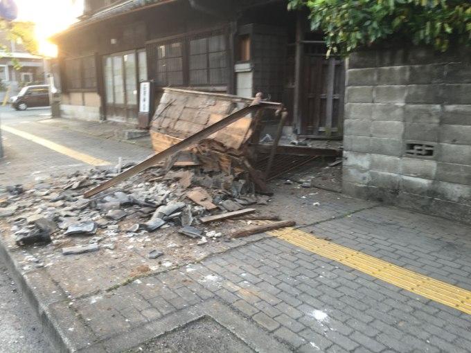 熊本地震で倒れた塀