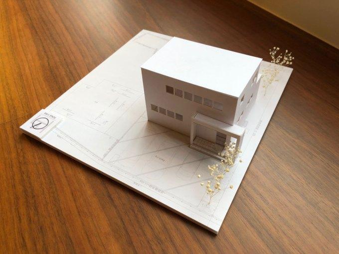 丘の上に建つ吹き抜けのある家