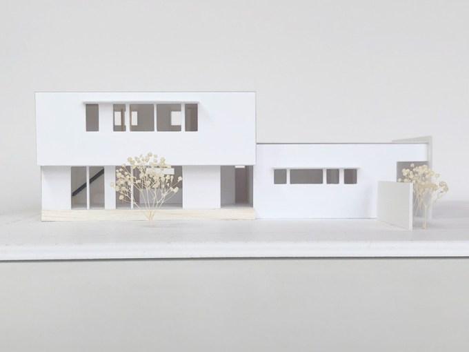 病院横に建つ委員長の家