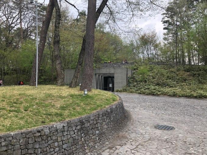 石の教会入り口後方