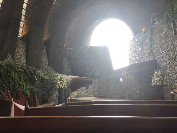 石の教会 内部空間 逆光