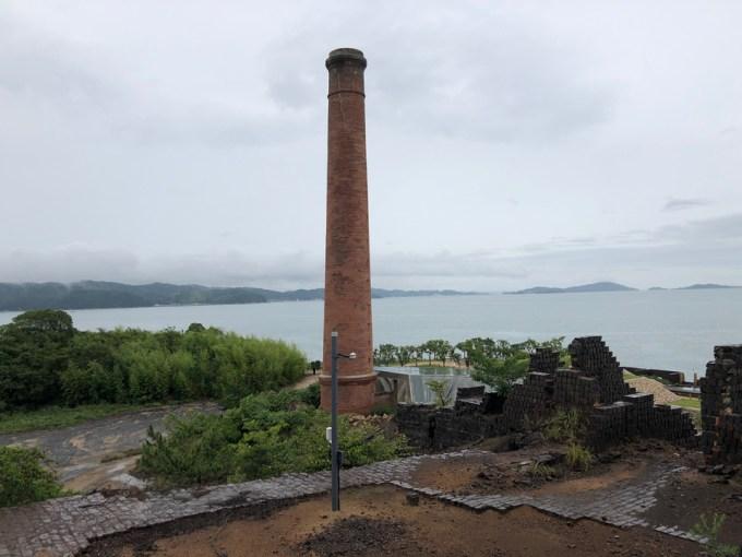 上部から見下せる位置からの精錬所の既存煙突