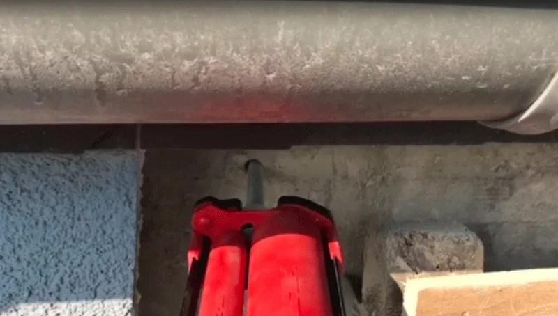 Injektionskleber für die Befestigung einer Ankerstange zwischen zwei Bauwerken
