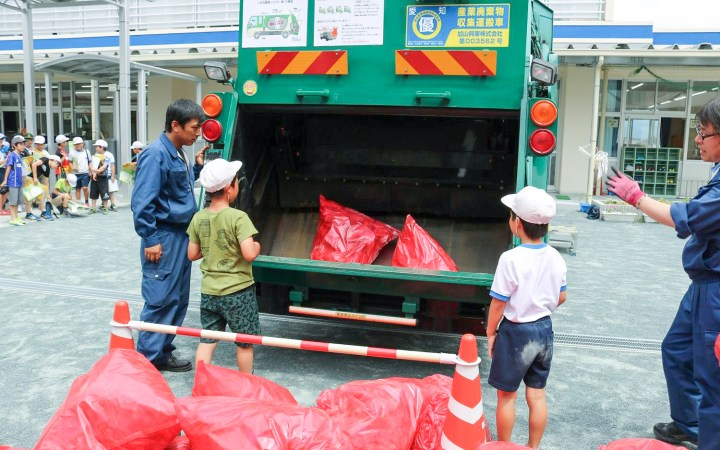 豊川市立東部小学校 パッカー車の体験学習と家庭からの資源・ごみ 環境授業