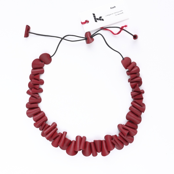 "Collier Kazh de la collection ""Galets"" en cuir de couleur rouge bordeaux."