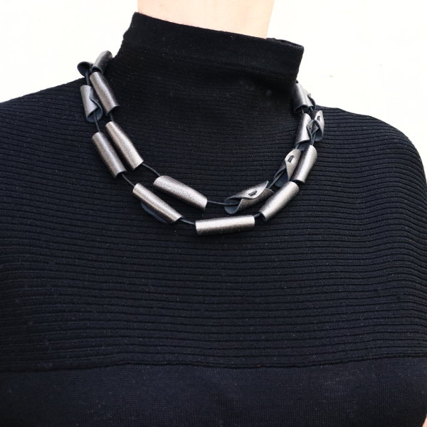 Collier Cannelle en cuir couleur graphite de Kazh by Annie B.