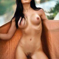 Morena gostosa da buceta peluda em fotos para playboy americana