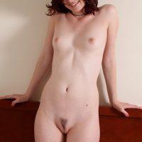 Novinha linda de 18 aninhos pelada abrindo a buceta