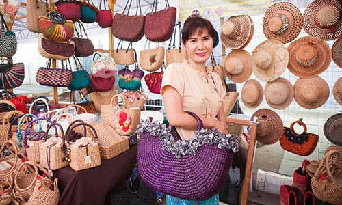 For souvenir or gifts for mom, what about these beautiful water hyacinth woven products from Phayao province.