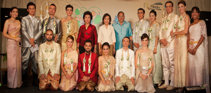 "Mrs. Juthaporn Rerngronasa, TAT Acting Governor (standing, 6th from left), and Mr. Sugree Sithivanich, TAT's Deputy Governor for Marketing Communications (standing, 6th from right), along with the six winning couples of the ""Romantic Thailand"" Contest at a ceremony held recently in Bangkok."