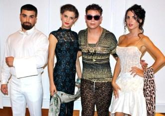 O στυλίστας Τάσος Λαζαρίδης ανάμεσα στα μοντέλα της fashion installation