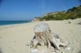 Χαλαρή πεζοπορία στην μαγευτική παραλία της Λεύκας