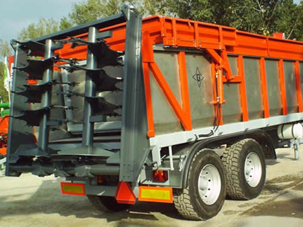 Manure Spreader Equipped with KEITH® WALKING FLOOR® System