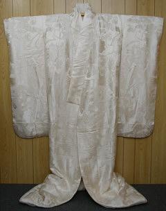 cc0274fe16 Néha az esküvői banketteken van ruha váltás, az esküvői ruhából egy  választékosan színezett és tervezet kimonóba, amit ironaoshi-nak hívnak  (színek ...