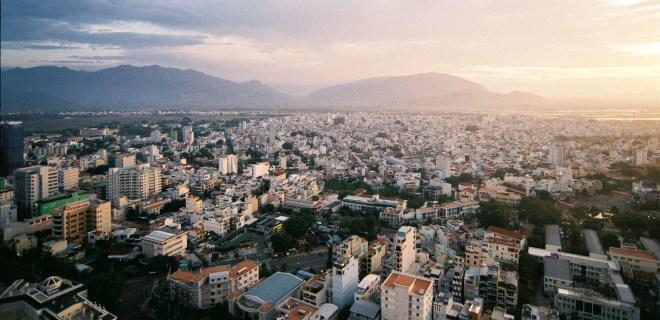 Eine Stadt, nicht einmal eine große, irgendwo in Vietnam. (Foto: Khánh Hmoong)