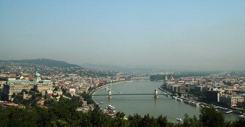 Trilogi Kota-Kota di Tepi Donau : Wina, Budapest, Bratislava